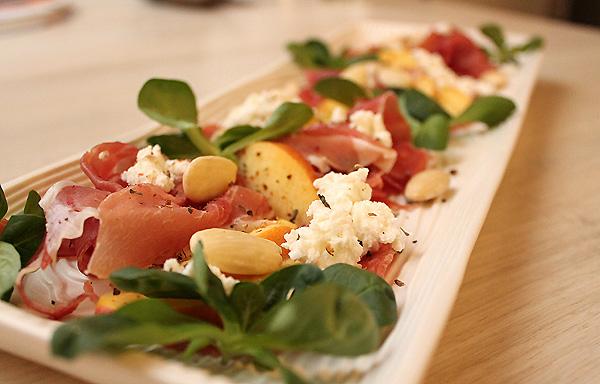 Savulohi-kurkkurulla, ilmakuivattua kinkkua, salamia ja Ricotta -juustoa