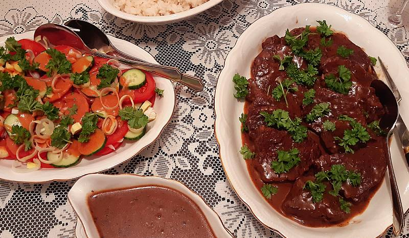 Naudanpihvit punaviinikastikkeessa, tomaattisipulisalaatti, riisiä