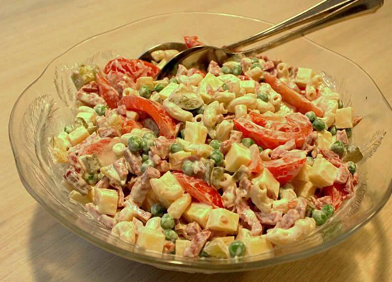 Retroruokaa, saunaillan salaatti kulhossa, Voimapuu